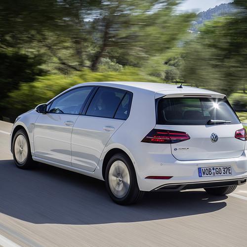 VW  e-Golf: Halbseitenansicht von hinten, weiß