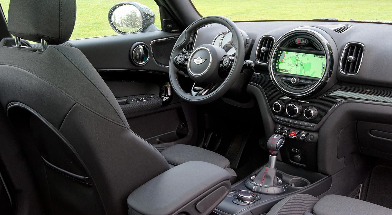 In der Version MINI Cooper S besitzt der Countryman 17-Zoll-Leichtmetallfelgen, einer Zweirohr-Auspuffanlage mit Chromblende sowie Sportsitzen, ein Sportlederlenkrad und den LED-Ring um das Display in der Mittelkonsole.