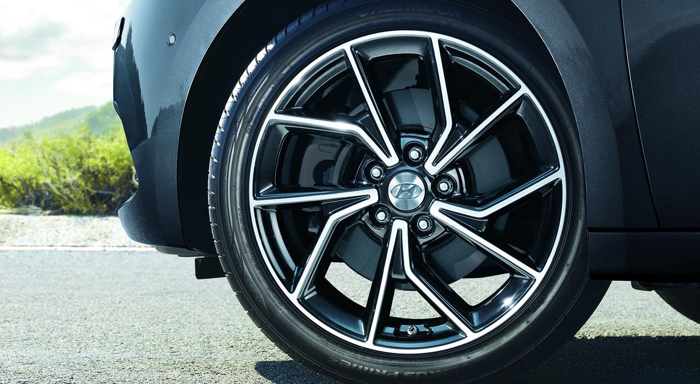 Die Auswahlmöglichkeiten in Sachen Felgen sind beim Hyundai i40 Kombi äußerst spärlich. Nichtsdestotrotz kann der Reifenschmuck stilistisch sehr gut überzeugen.