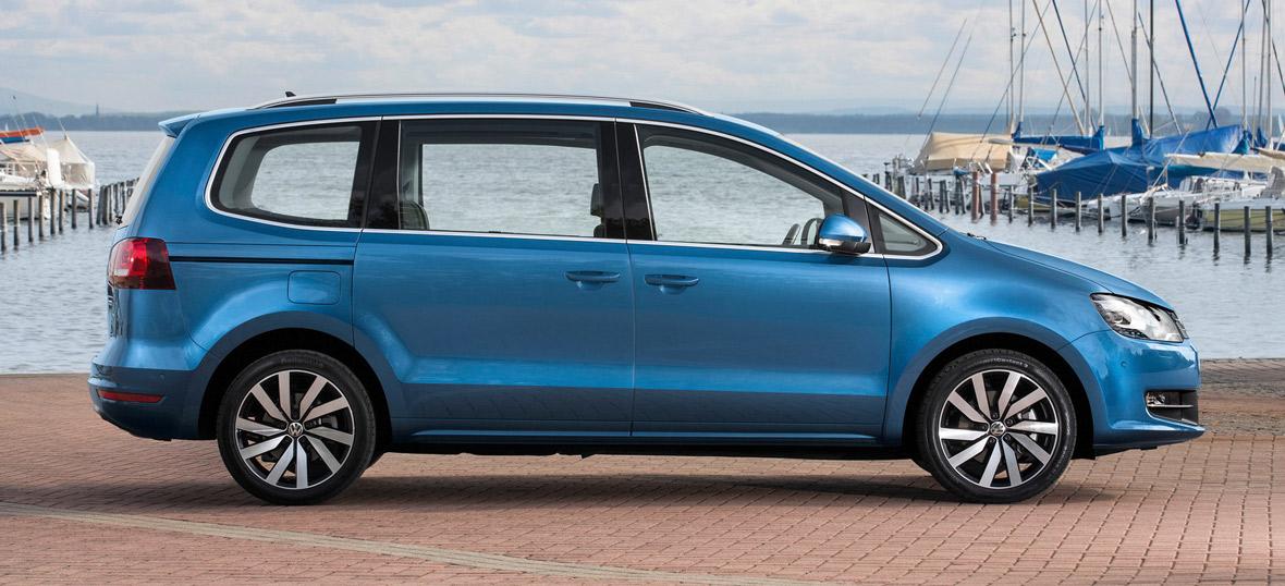 VW Sharan, Seitenansicht, stehend, blau