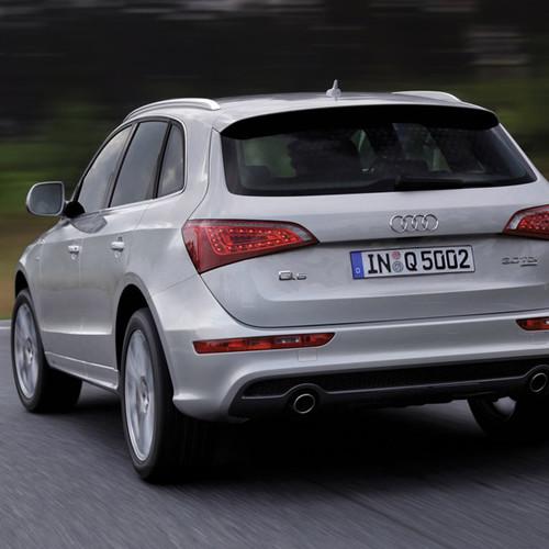 Ein silberner Audi Q5 von hinten