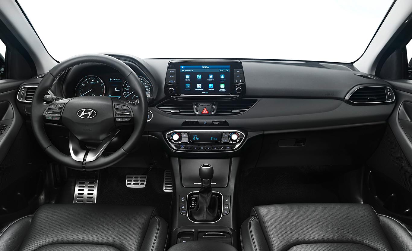 """Der Hyundai i30 Kombi in Vollausstattung mit """"Premium"""" Sitzpolsterung. Der elektrisch einstellbare Fahrersitz und die Außenspiegel besitzen Memory-Funktionen. Mit dem 8-Zoll-Farb-Touchscreen wird das Cockpit zur Kommandobrücke."""
