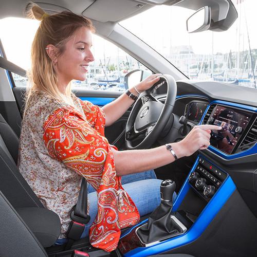 VW T-Roc, Innenansicht, Cockpit in blau, Frau am Steuer