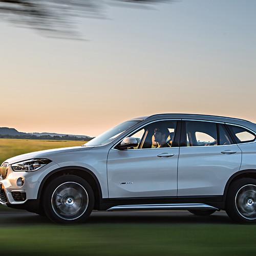 BMW X1, Seitenansicht, fahrend, weiß
