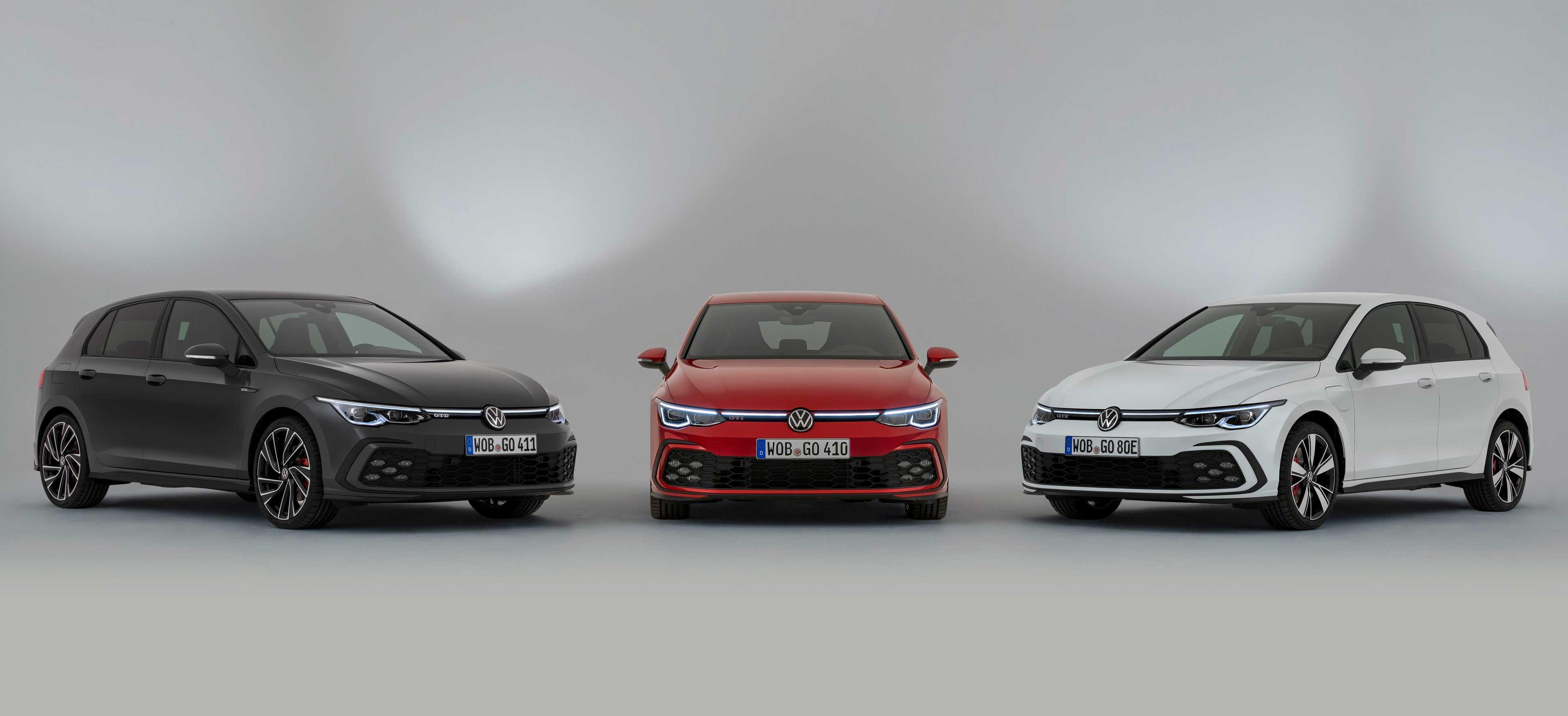 VW Golf 8 GTI, GTD und GTE, Halbseitenansicht von vorne und Frontansicht, stehend, grau/weiß/rot