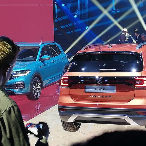 VW T-Cross, Prämiere, zwei Modelle in Heckansicht (beige) und Halbseitenansicht (blau)