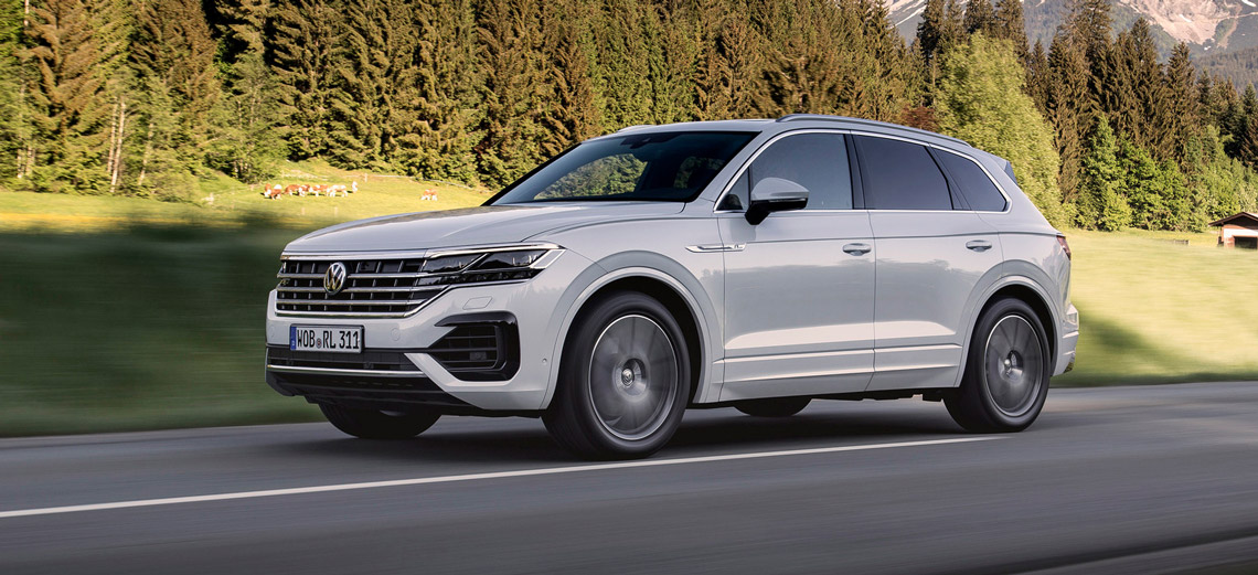 VW Touareg, Halbseitenansicht von vorne, fahrend, weiß