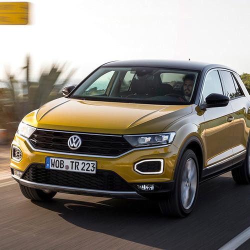 VW T-Roc, Halbseitenansicht von vorn / Frontansicht, fahrend, goldgelb