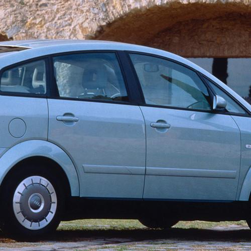 Ein Audi A2 in Silber von Rechts.