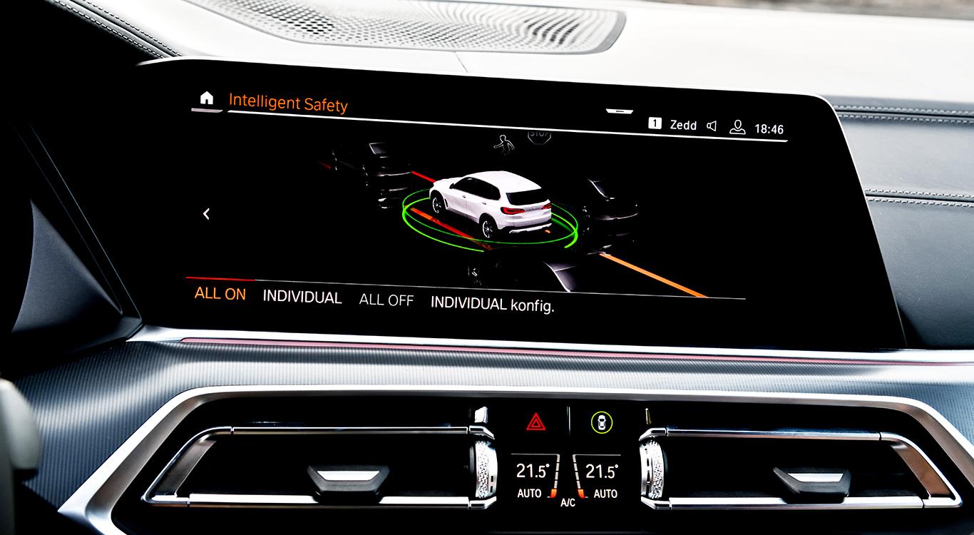 """Das Sicherheitssystem """"Active Guard Plus"""" soll kamera- und radarbasiert dabei helfen, Unfälle des BMW X5 mit anderen Verkehrsteilnehmern oder Hindernissen abzuwenden."""