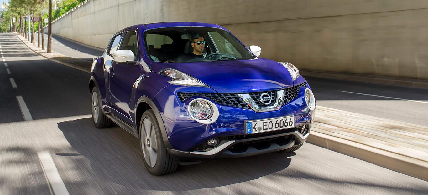 Nissan Juke, Halbseitenansicht von vorn, fahrend, blau