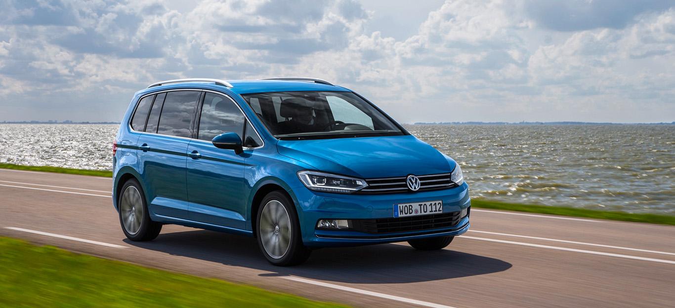 VW Touran, Halbseitenansicht von vorn, fahrend, blau