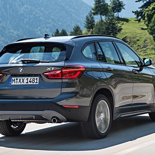 BMW X1, Halbseitenansicht von hinten, fahrend, atlaniticgrau