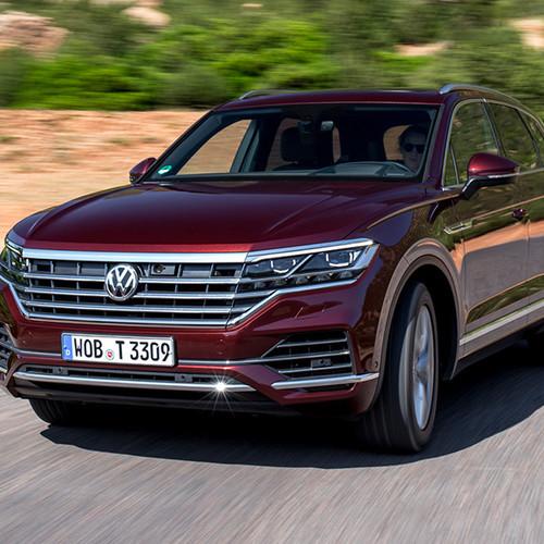 VW Touareg, Halbseitenansicht von vorne, fahrend, rot