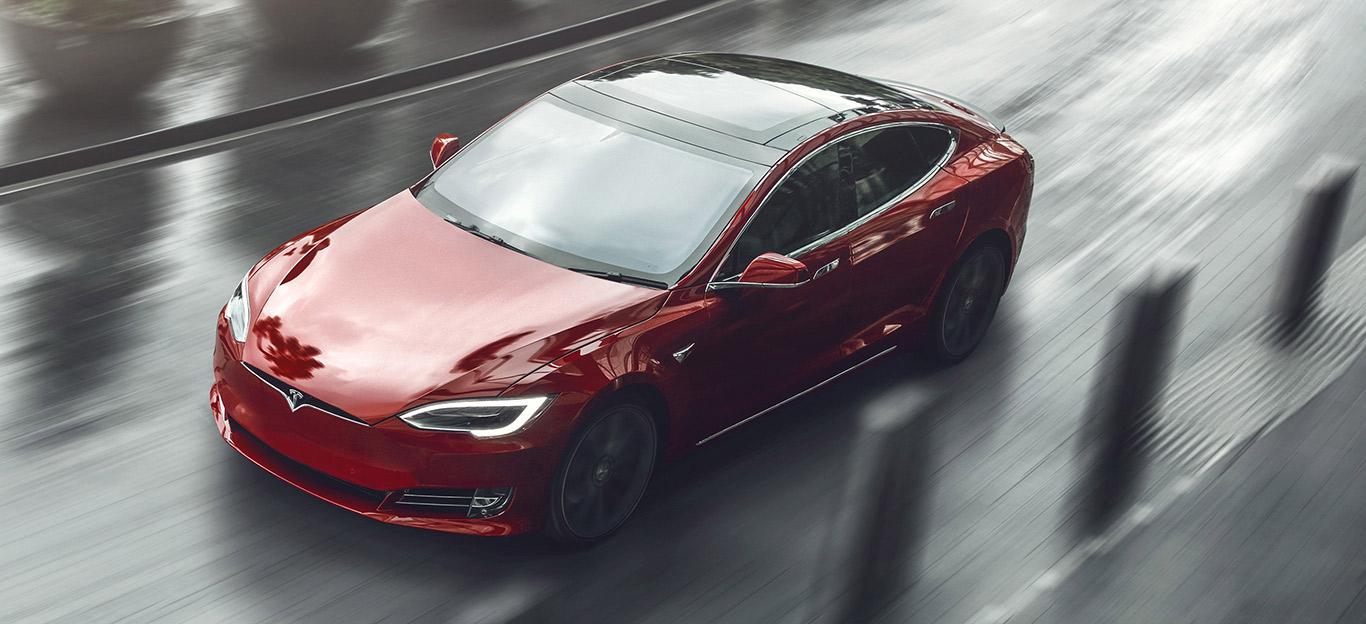 Tesla Modell S, Halbseitenansicht von oben, fahrend, rot