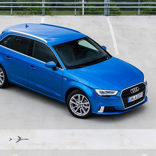 Audi A3 Sportback, Halbseitenansicht von oben vorn, stehend, blau