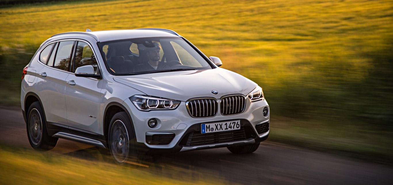 BMW X1, Halbseitenansicht von vorne, fahrend, weiß
