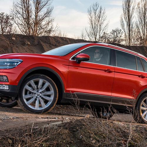 VW Tiguan, Halbseitenansicht von vorn, fahrend auf Parcours, rot