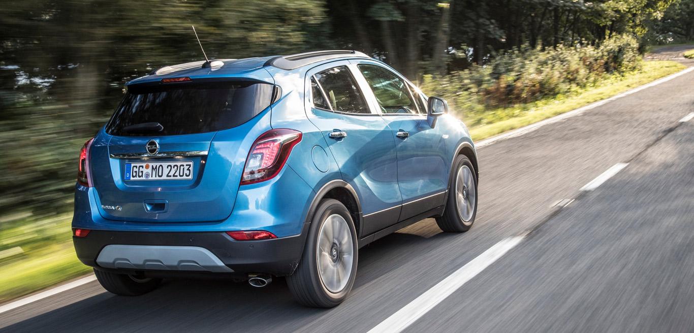 Ein blauer Opel Mokka X auf einer Straße.