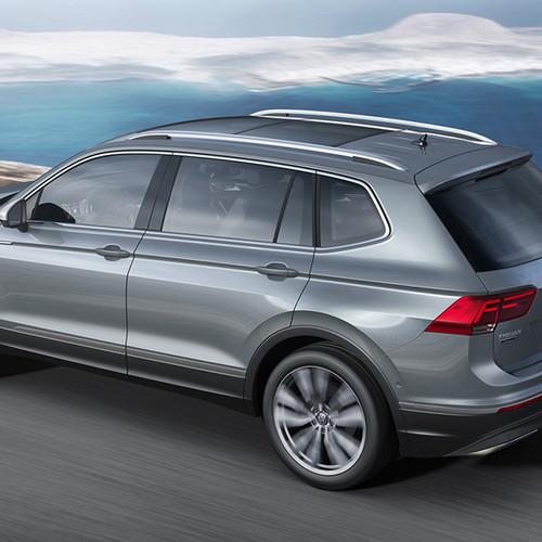 VW Tiguan Allspace, Halbseitenansicht von hinten, fahrendd, grau