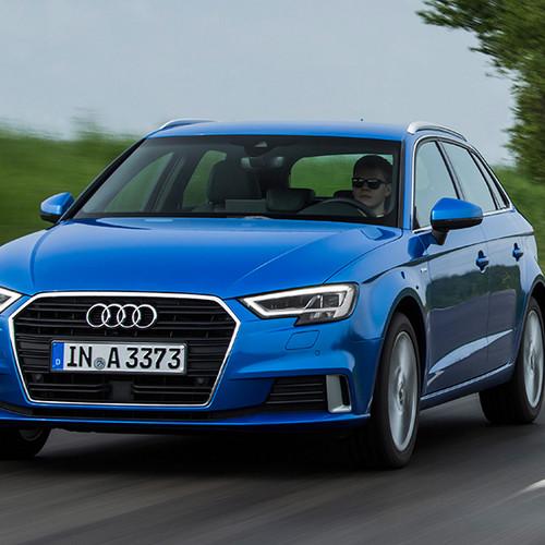Audi A3 Sportback, Halbseitenansicht von vorn, fahrend, blau