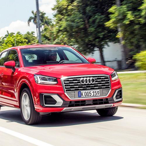 Audi Q2 Sport, Halbseitenansicht von vorn, fahrend, rot