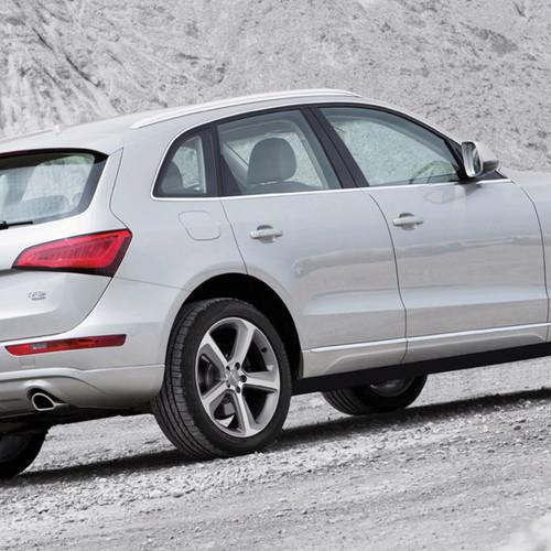 Ein silberner Audi Q5 von der Seite