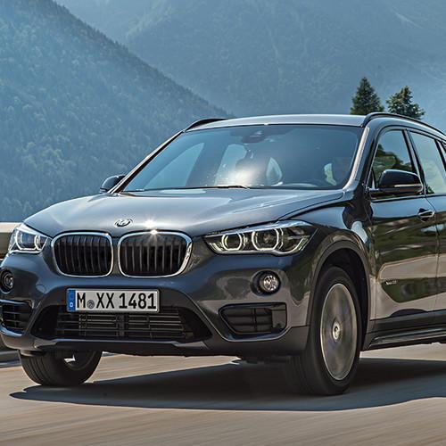 BMW X1, Halbseitenansicht von vorn, fahrend, atlaniticgrau