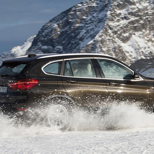 BMW X1, Halbseitenansicht von hinten, fahrend, braun