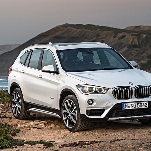 BMW X1, Halbseitenansicht von vorn, stehend, weiß