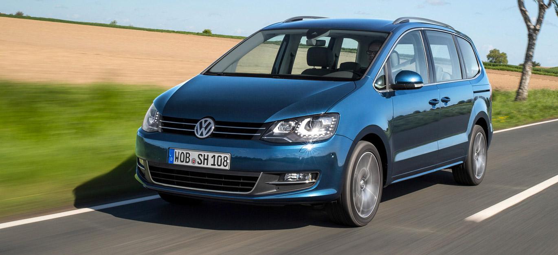 VW Sharan, Halbseitenansicht von vorne, fahrend, blau