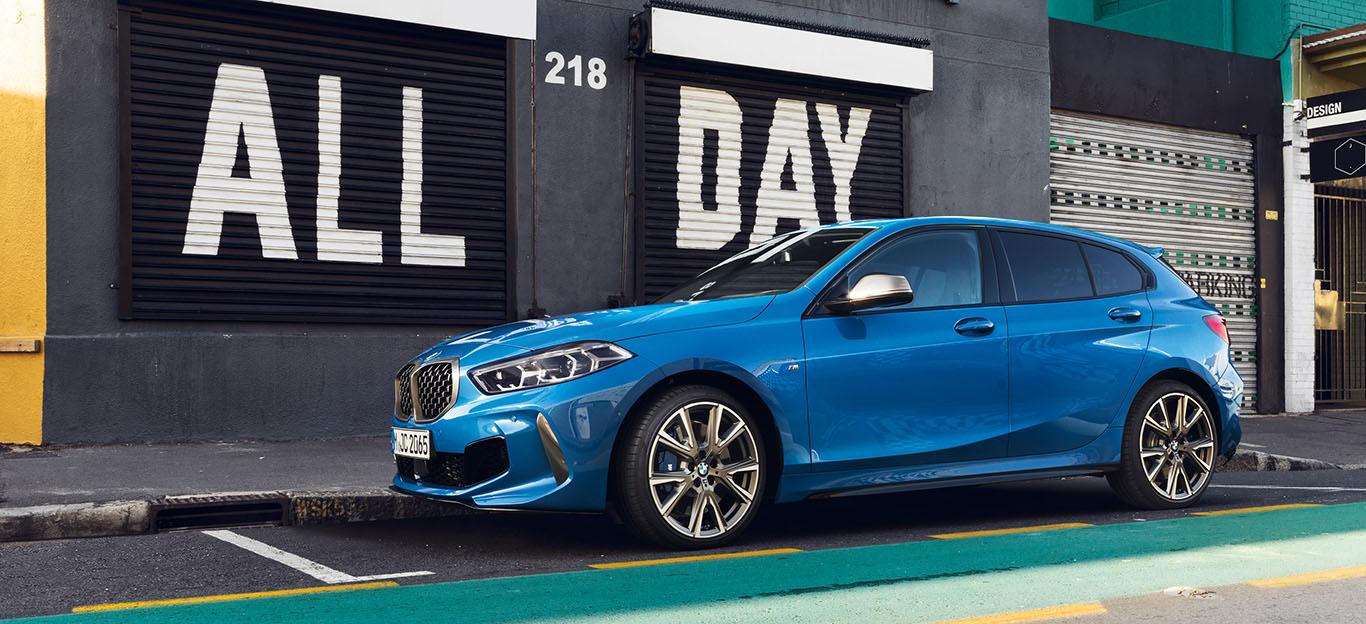 BMW 1er, Halbseitenansicht von vorne, stehend, blau