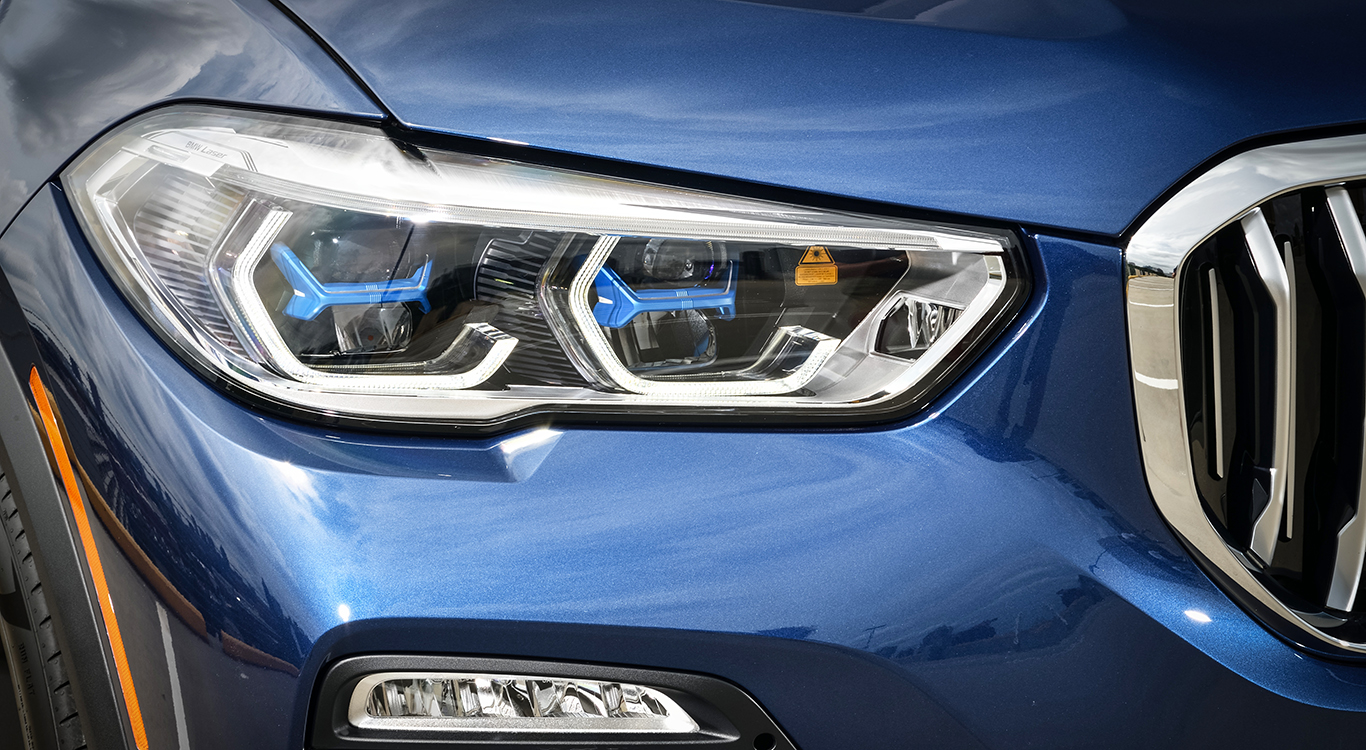 Bessere Sicht bei Nacht: Das Laserlicht ist durch sein eigenständiges, blaues Design erkennbar. Die Technologie beschert dem BMW X5 mehr Strahlkraft und soll etwa doppelt so weit leuchten, wie herkömmliche Scheinwerfer.