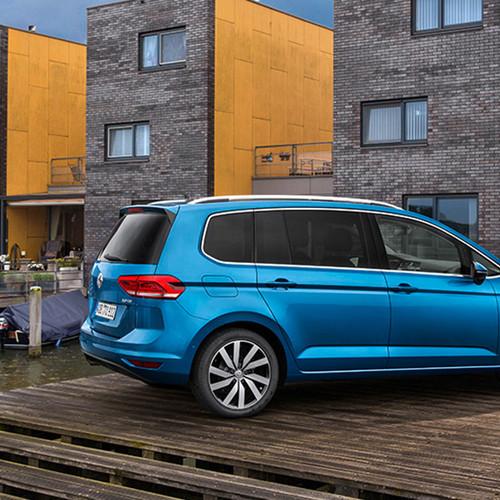 VW Touran, Seitenansicht, stehend, blau