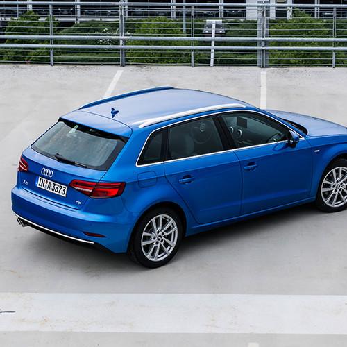 Audi A3 Sportback, Halbseitenansicht von oben hinten, stehend, blau