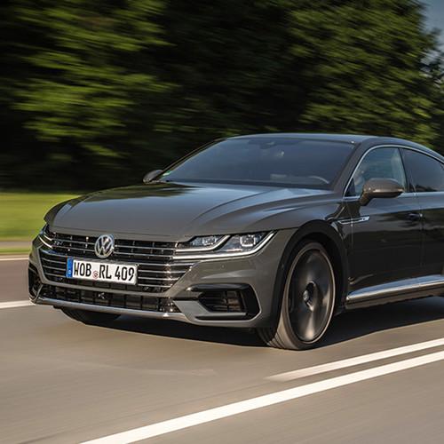 VW Arteon, Halbseitenansicht von vorn, fahrend, grau