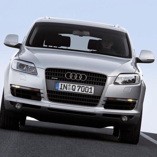 Ein silberner Audi Q7 von vorne