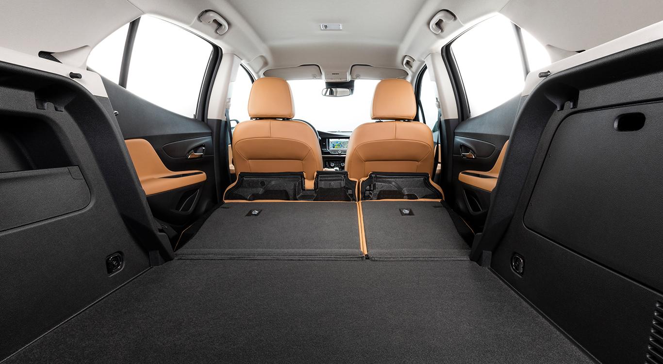 Bei umgeklappten Rücksitzen bringt es der Mokka X auf ein Gesamtladevolumen von 1.372 Litern. Der Kofferraum alleine fasst 356 Liter.
