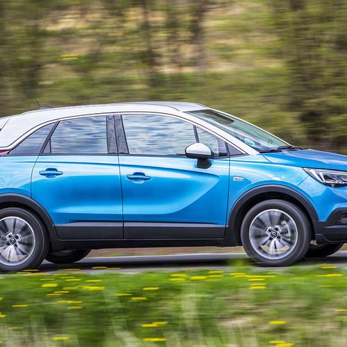 Ein blauer Opel Mokka von der Seite