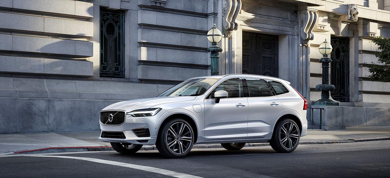 Volvo XC60, Halbseitenansicht von vorn, stehend, weiß
