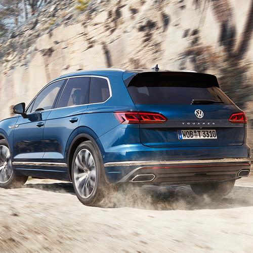 VW Touareg 2018, blau, Heckansicht, Fahraufnahme