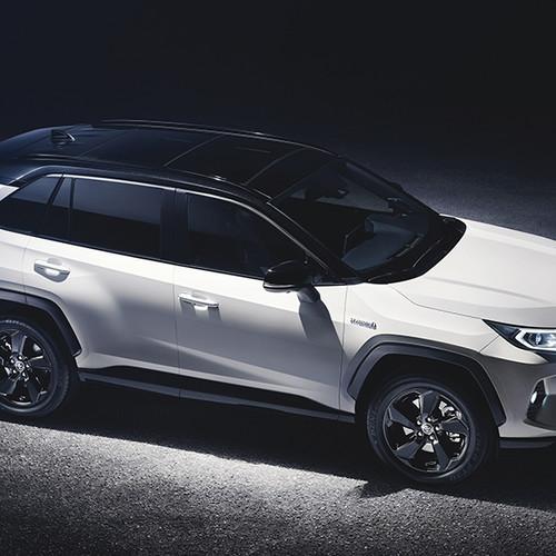 Toyota RAV4 2019, Halbseitenansicht von vorne oben, stehend, weiß