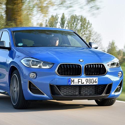 BMW X2 M35i, Halbseitenansicht von vorn, fahrend, blau