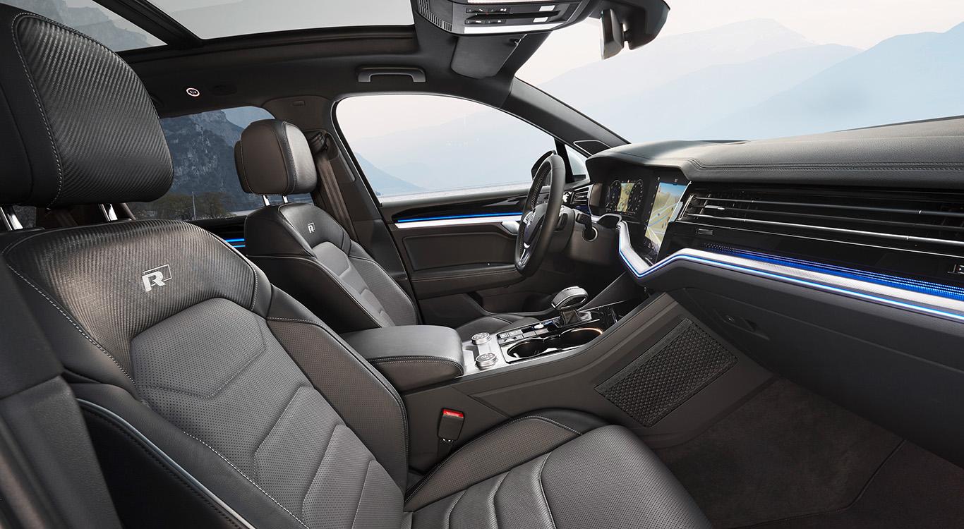 Sportlichste Ausführung R-Line u. a. mit Panorama-Glasschiebedach: VW Touareg R-Line.