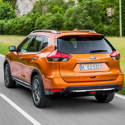 Nissan X-Trail, Halbseitenansicht von hinten, fahrend, orange