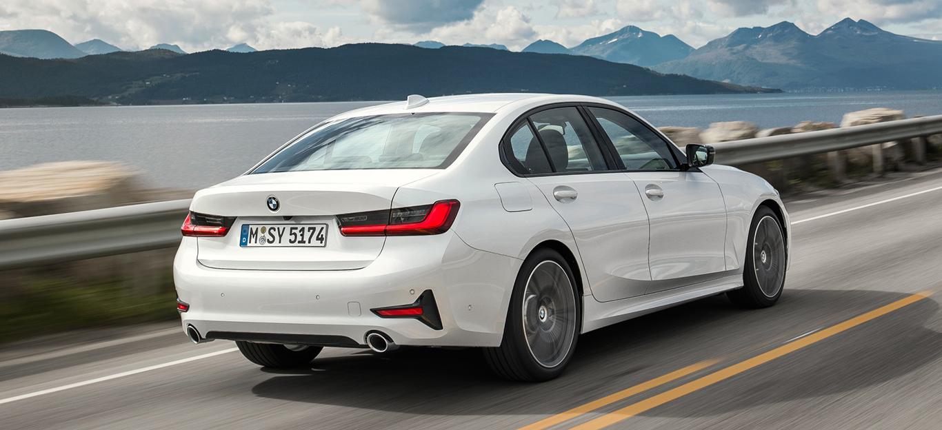 BMW 3er 2019, weiß, Heckansicht, Fahraufnahme