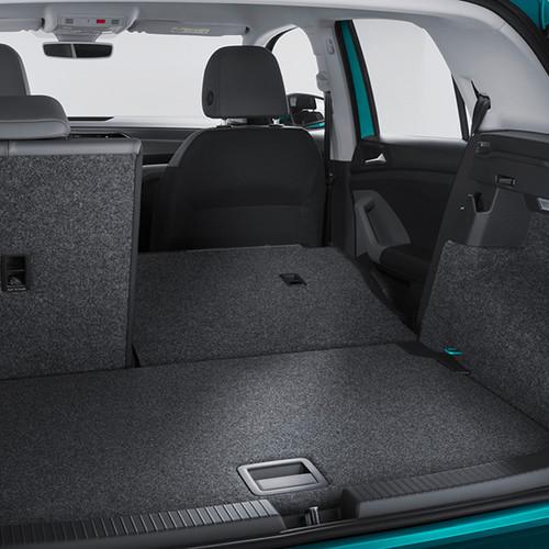 VW T-Cross, Kofferraumansicht mit halb umgeklappter Rücksitzbank