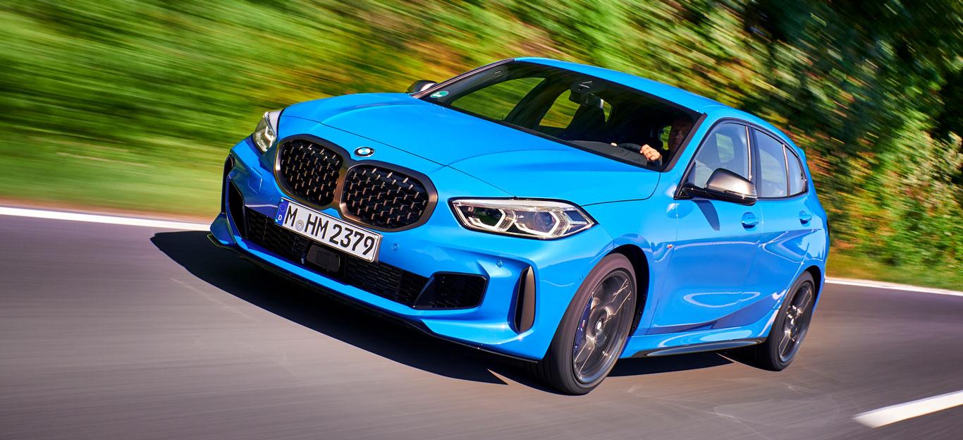 BMW 1er 2019, Halbseitenansicht von vorne, fahrend, blau