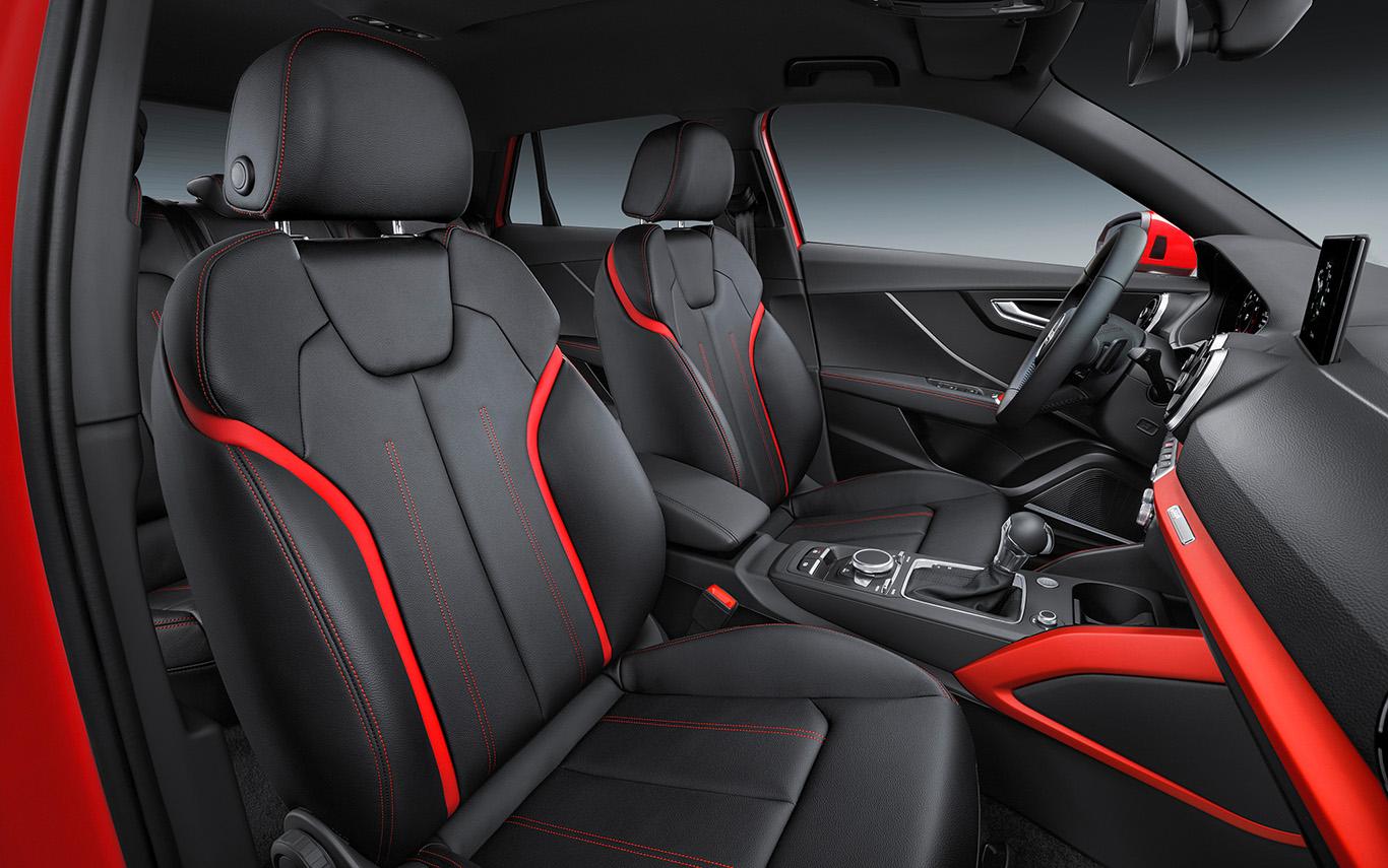 """Heiß: Der Audi Q2 """"sport"""" kommt serienmäßig mit Sportsitzen und Dekoreinlagen in rotem Eloxal-Lack. Die Lederausstattung """"Milano"""" in der Kombination Tangorot-Schwarz-Expressrot - wie hier im Bild - hat hingegen ihren Preis."""