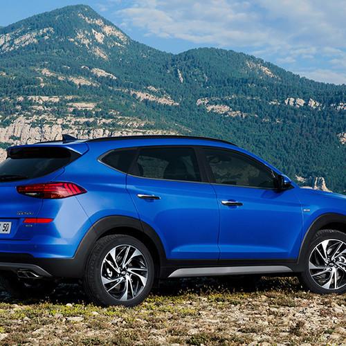 Hyundai Tucson, Halbseitenansicht von hinten, stehend, blau